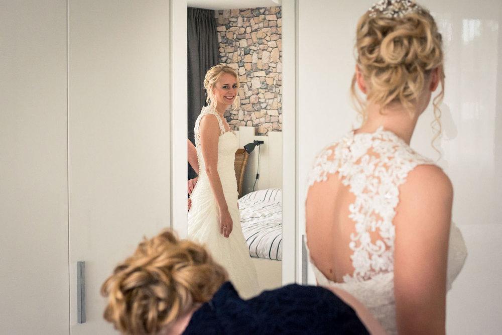 aankleden bruid bruidsfotografie Breda