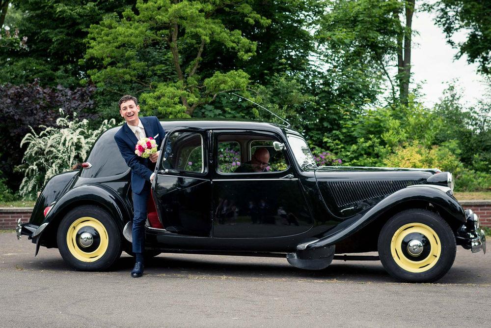 bruidegom arriveert in van Sonsbeeckpark Breda