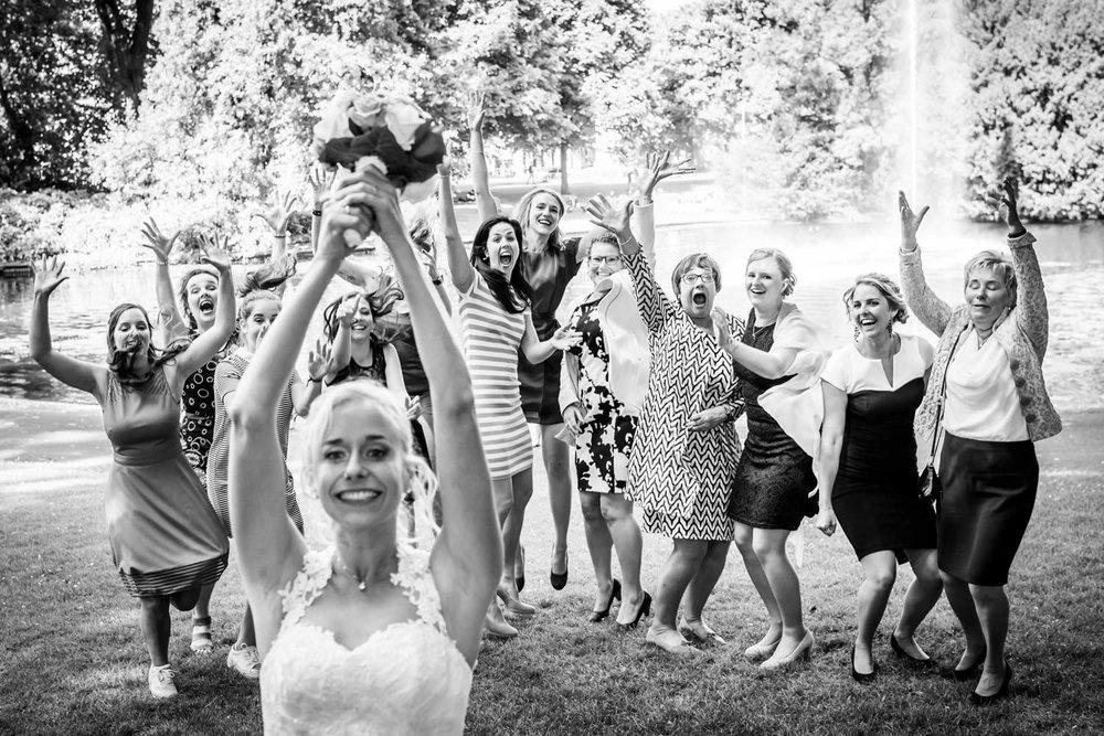 bruid gooit bruidsboeket in stadspark Valkenberg