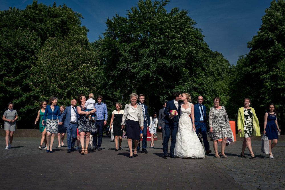 Bruidspaar en gezelschap op Kasteelplein Breda