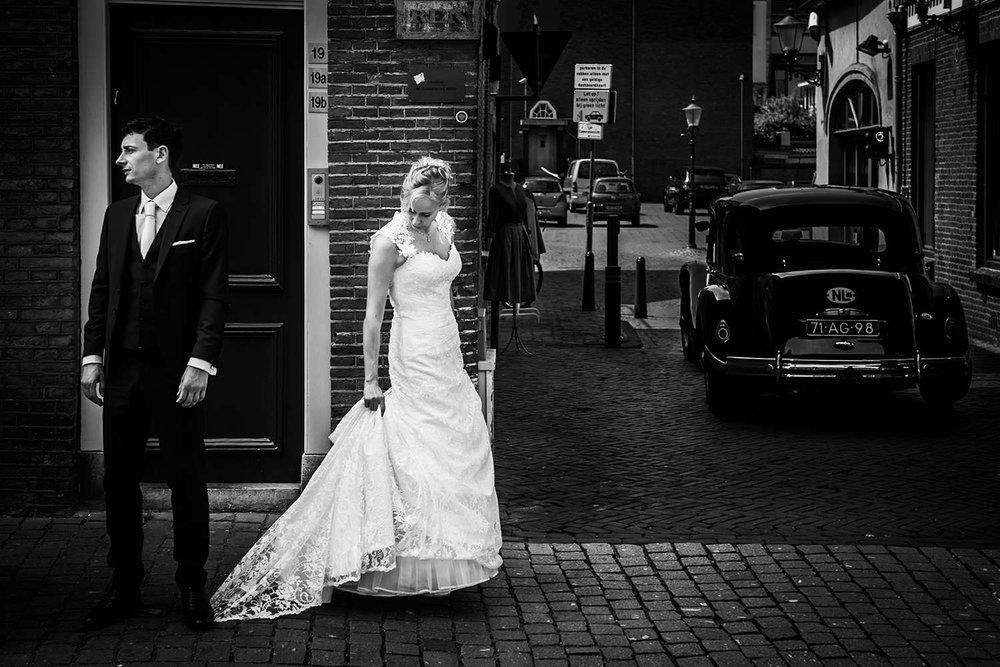 bruidspaar met trouwauto centrum Breda
