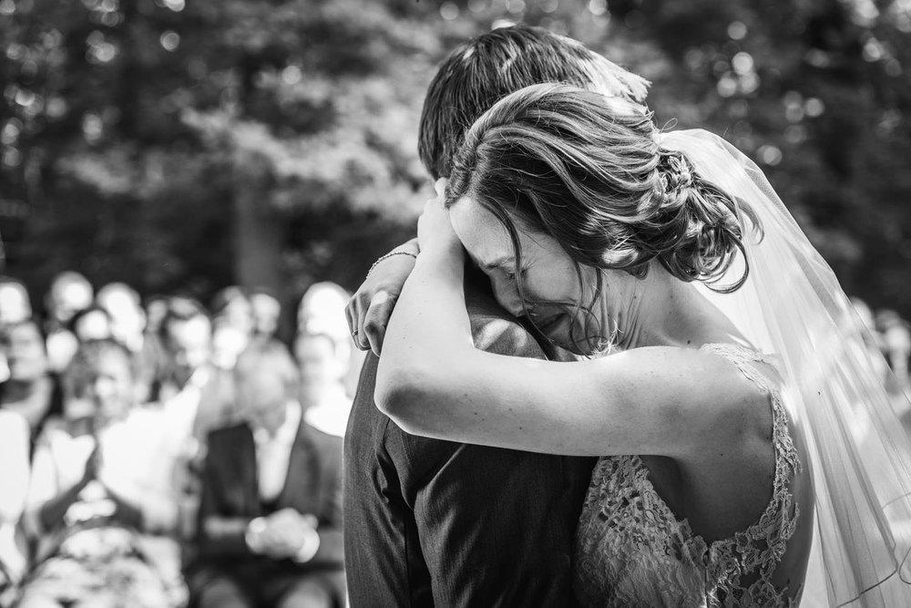 emotie bij omhelzing bruidspaar, bruidsfotografie kasteel wijenburg buiten