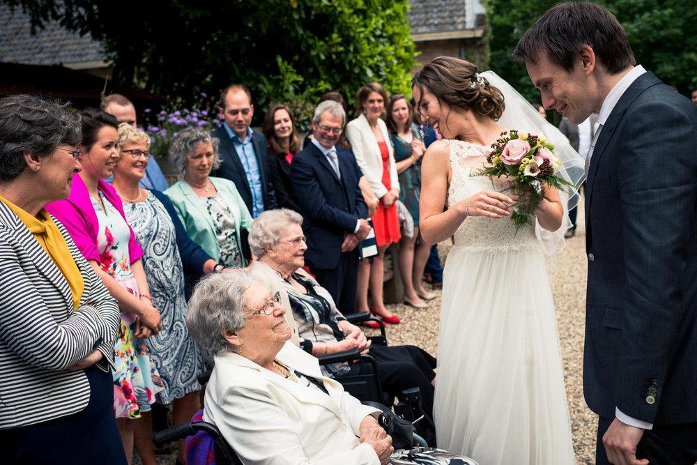 ontmoeting bruid en oma bruidsfotografie