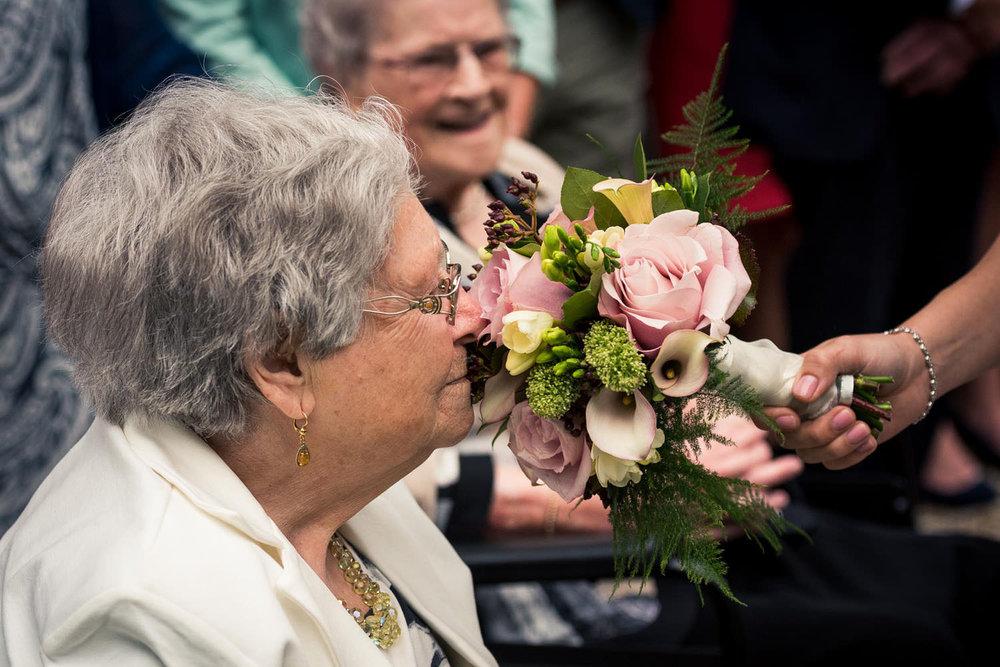 oma met trouwboeket bruidsboeket