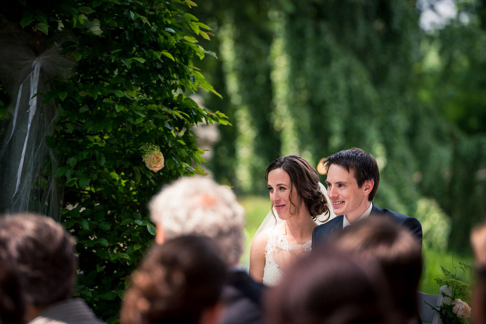 bruidspaar tijdens de ceremonie buiten