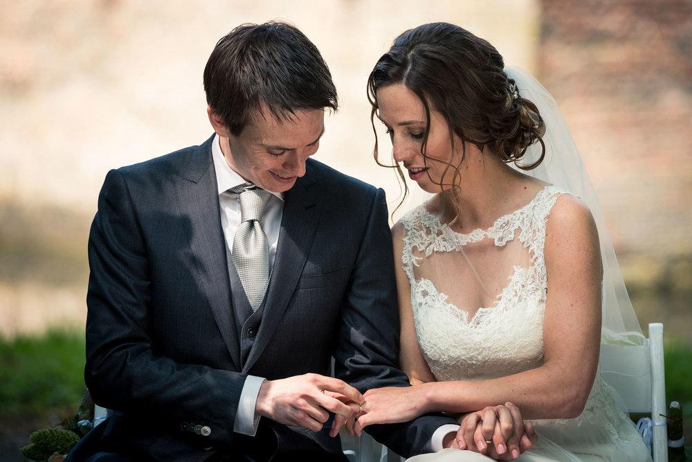bruidspaar ringen bewonderen