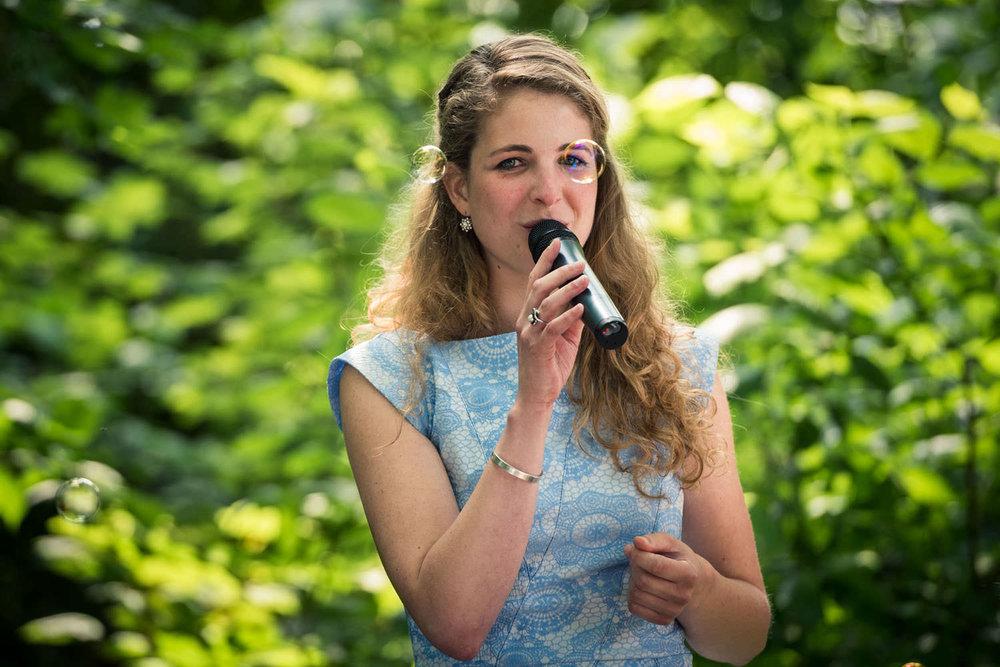 zingen tijdens de ceremonie buiten bij kasteel wijenburg