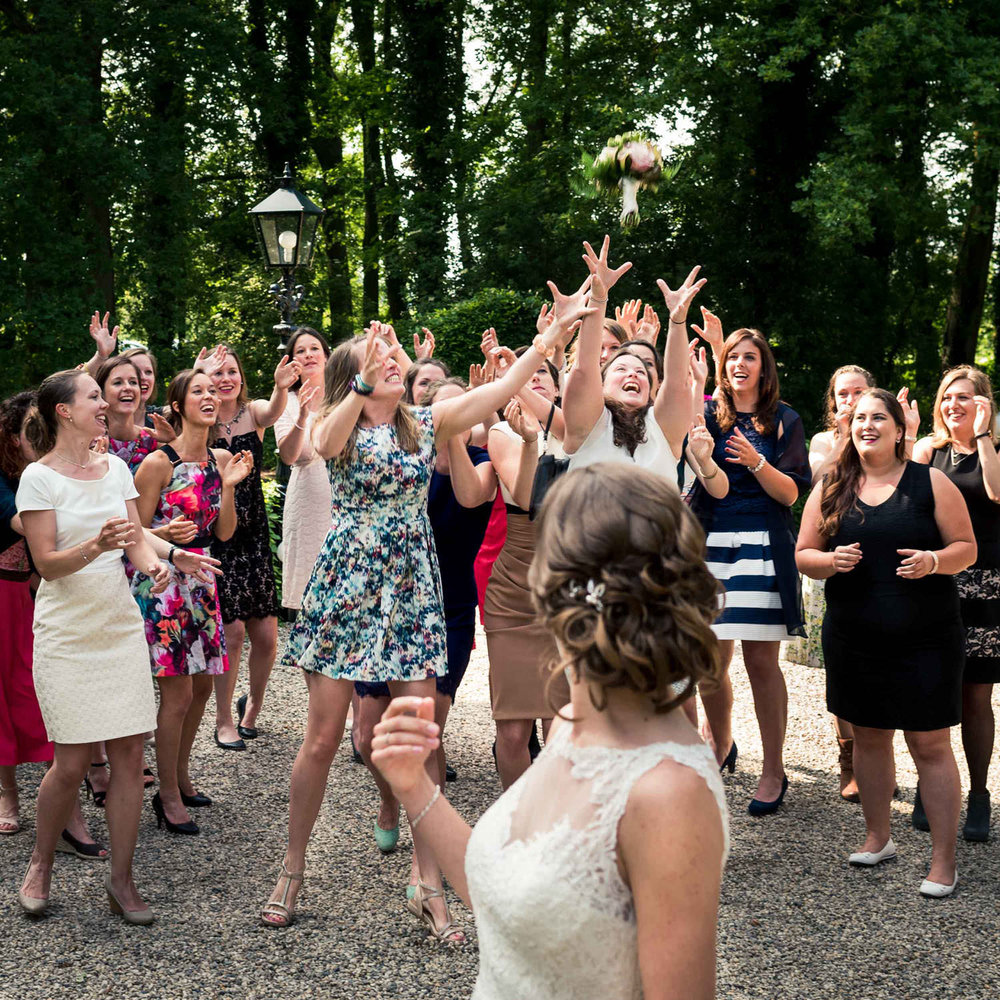 boeket vangen kasteel wijenburg bruid met haar vriendinnen