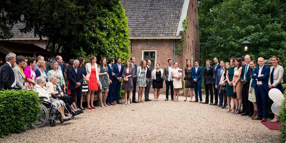 gasten wachten bij kasteel wijenburg op het bruidspaar
