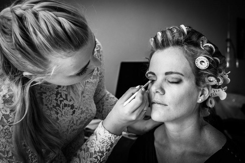 Trouwfotograaf Rotterdam, aankleden, haar en make-ip