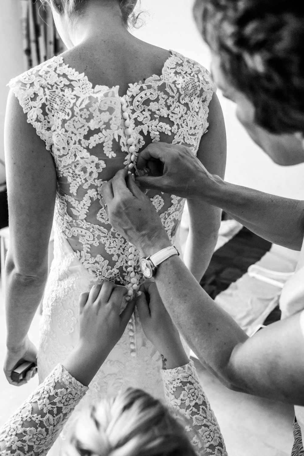 knoopjes bruidsjurk, Rotterdam, vastmaken jurk, trouwfotografie