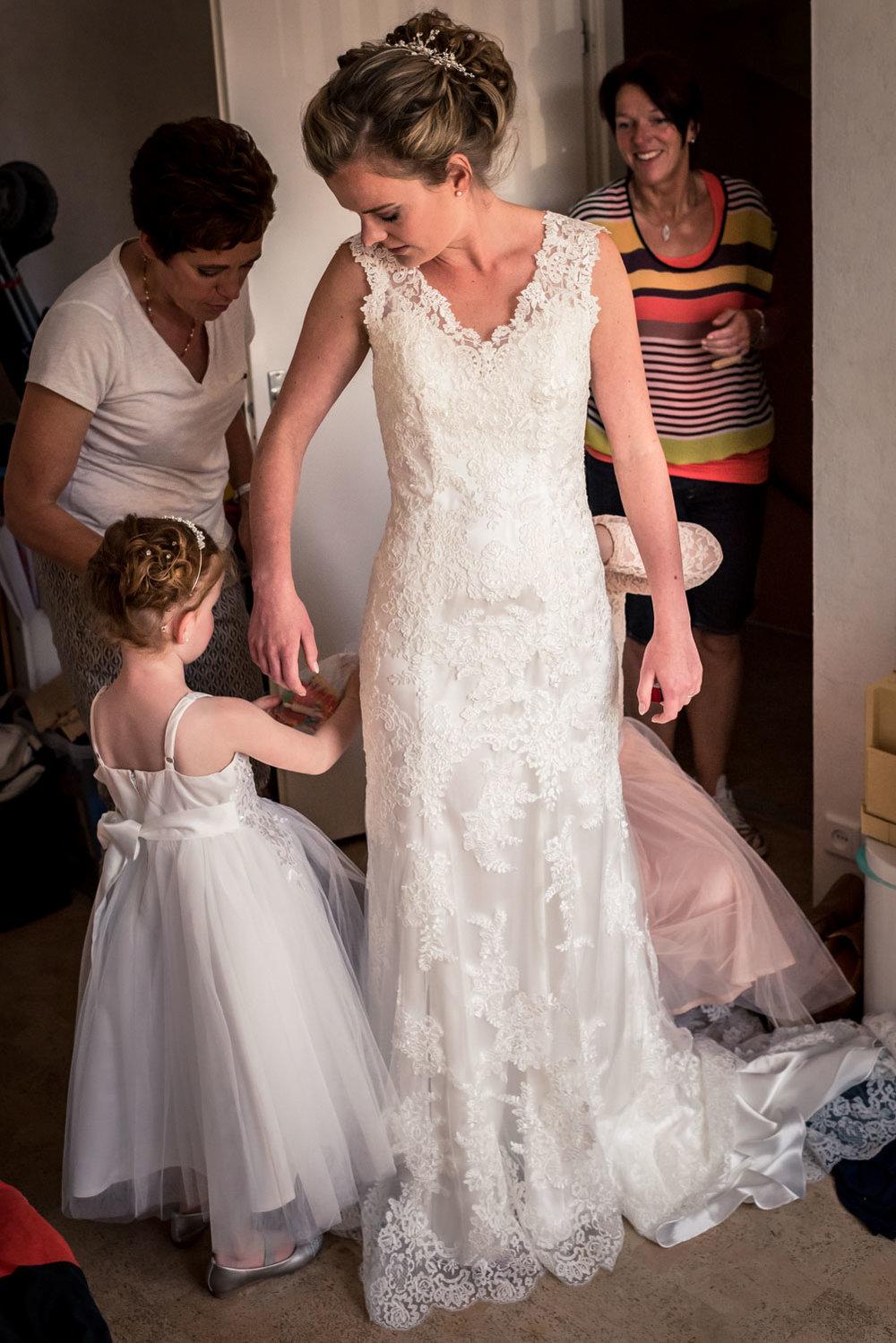 bruidsjurk, bruid en bruidsmeisje, aankleden, Cfoto in Rotterdam
