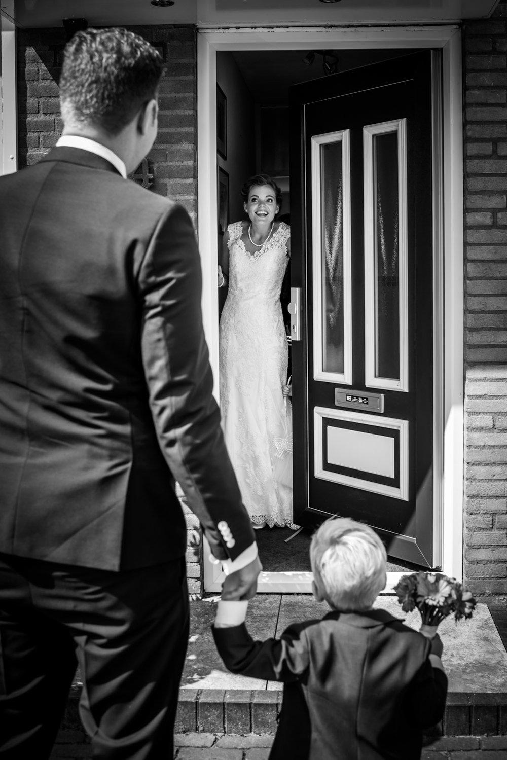 ontmoeting bruid en bruidegom, trouwfotograaf Cfoto, bruidsreportage