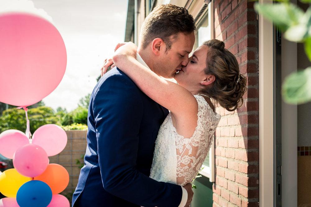 ontmoeting bruidspaar, met ballonnen, trouwen in Rotterdam, bruidsfotografie