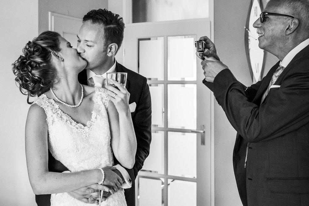 `ome Henk maakt foto bruidspaar, trouwfotografie in Rotterdam