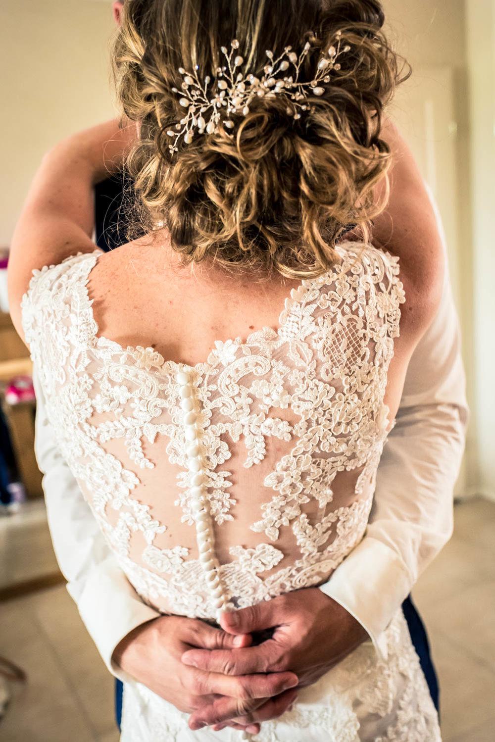 achterkant bruid, prachtige trouwjurk, bruidspaar, trouwfotografie
