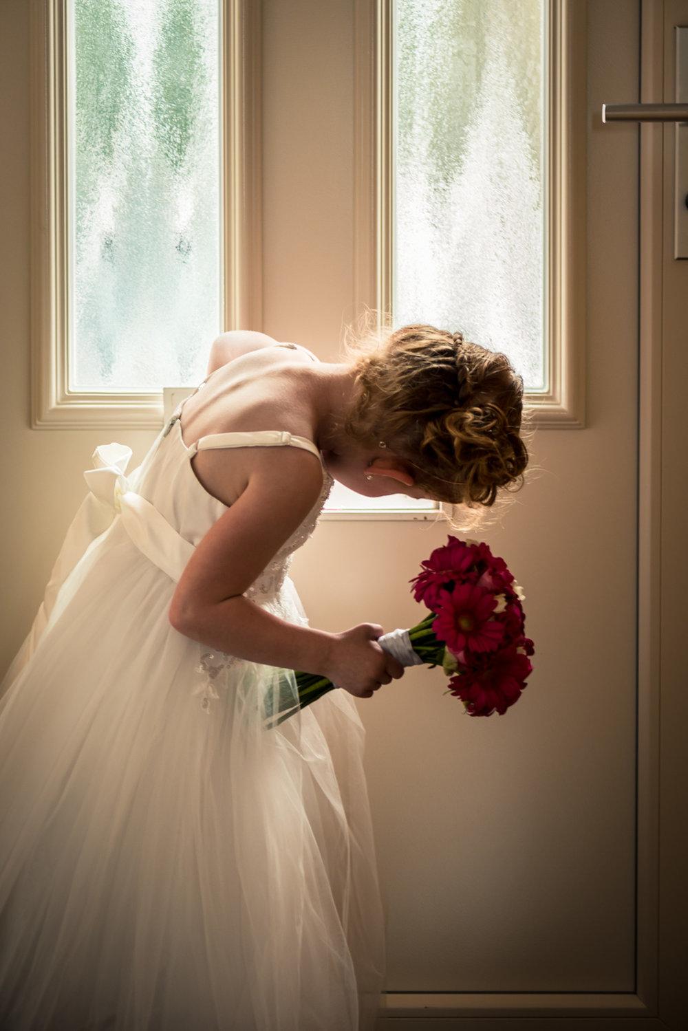 bruidsmeisje checkt de post, bruidsfotografie Rotterdam door trouwfotograaf Cfoto