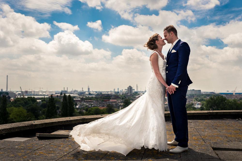 trouwfotografie op de watertoren Vlaardingen, bruidspaar in de wind