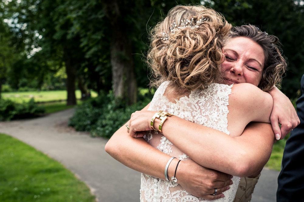 ontmoeting tussen bruid en schoonzus omhelzing bruid