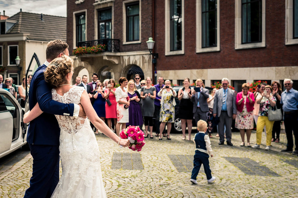 bruidspaar aankomst op het stadhuis in Vlaardingen