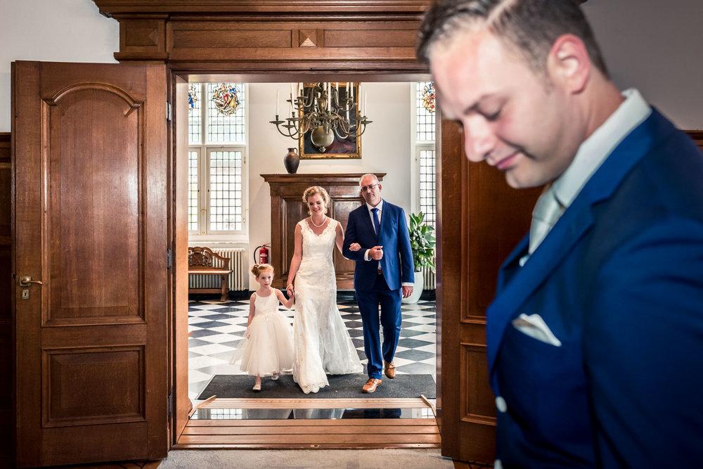 vader geeft bruid weg aan bruidegom, ceremonie in Vlaardingen, trouwfotograaf Cfoto