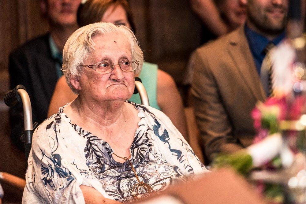 oma tijdens ceremonie, trouwen bruidspaar, trouwfotografie