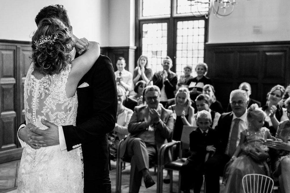 kus bruidspaar tijdens ceremonie in Rotterdam op stadhuis in Vlaardingen