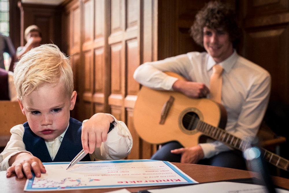 tekenen kinderakte tijdens ceremonie door trouwfotograaf Cfoto
