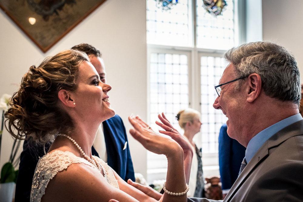 felicitaties vader en bruid, bruid laat trouwring zien, Cfoto