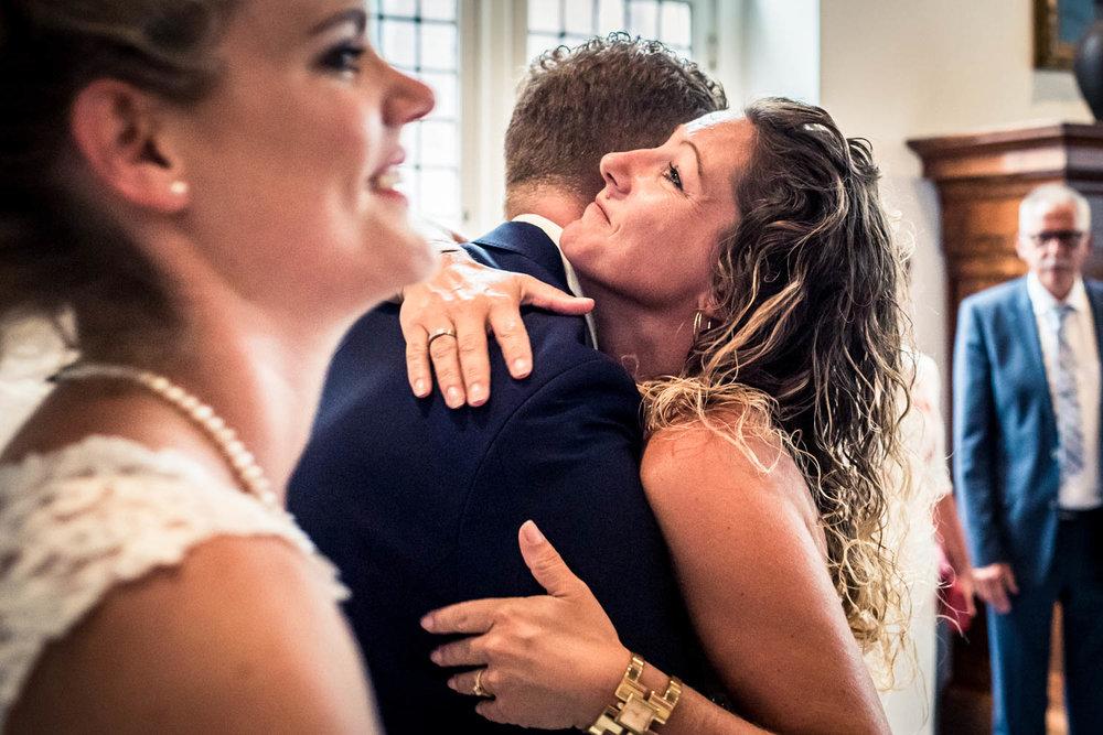 omhelzing tijden feliciteren in Vlaardingen bij huwelijk op stadhuis