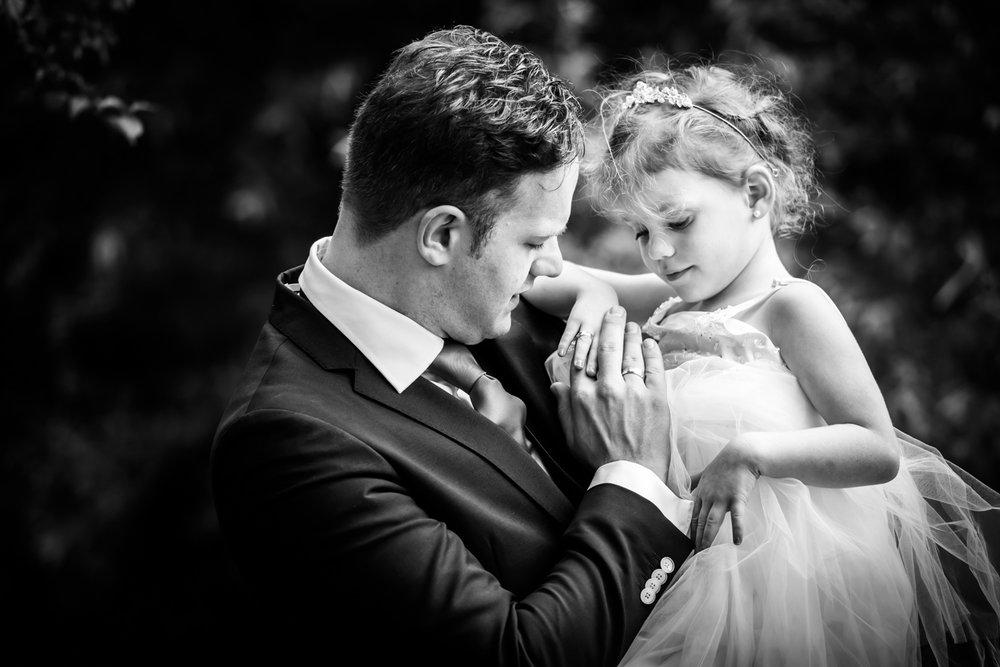 bruidegom en dochter, ringen bewonderen, trouwfotograaf Vlaardingen