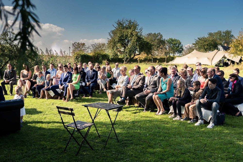 Gasten in de vlindertuin bij Benedensas in de heen, tijdens ceremonie huwelijk