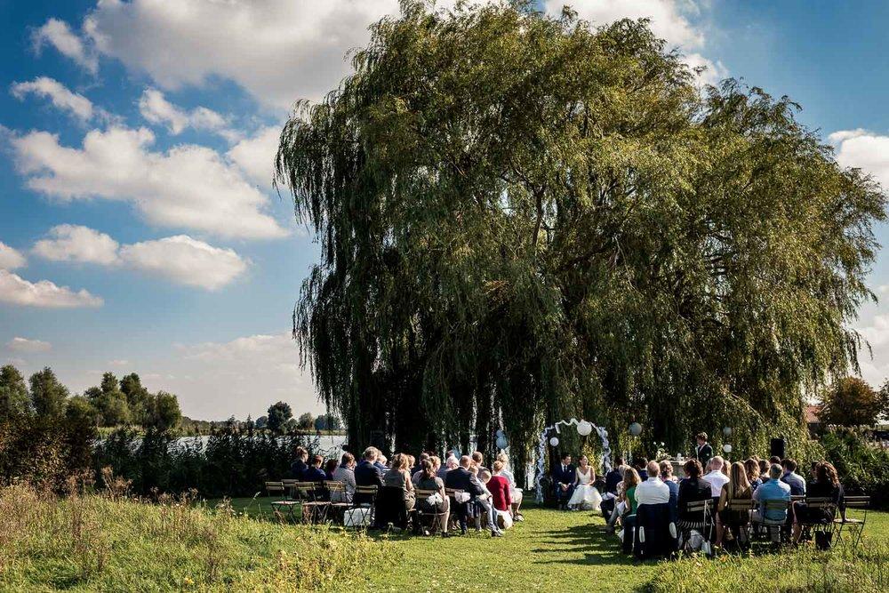 Ceremonie vastgelegd door Cfoto, Benedensas in de Vlindertuin