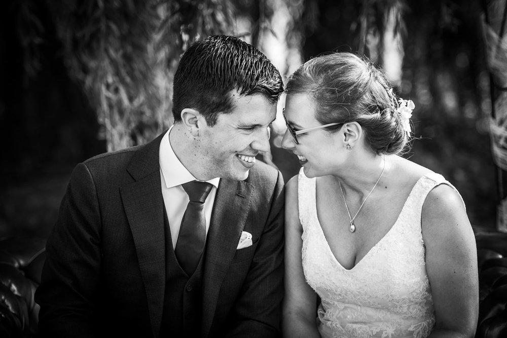 bruidsfotografie in Brabant, bruid en bruidegom tijdens ceremonie