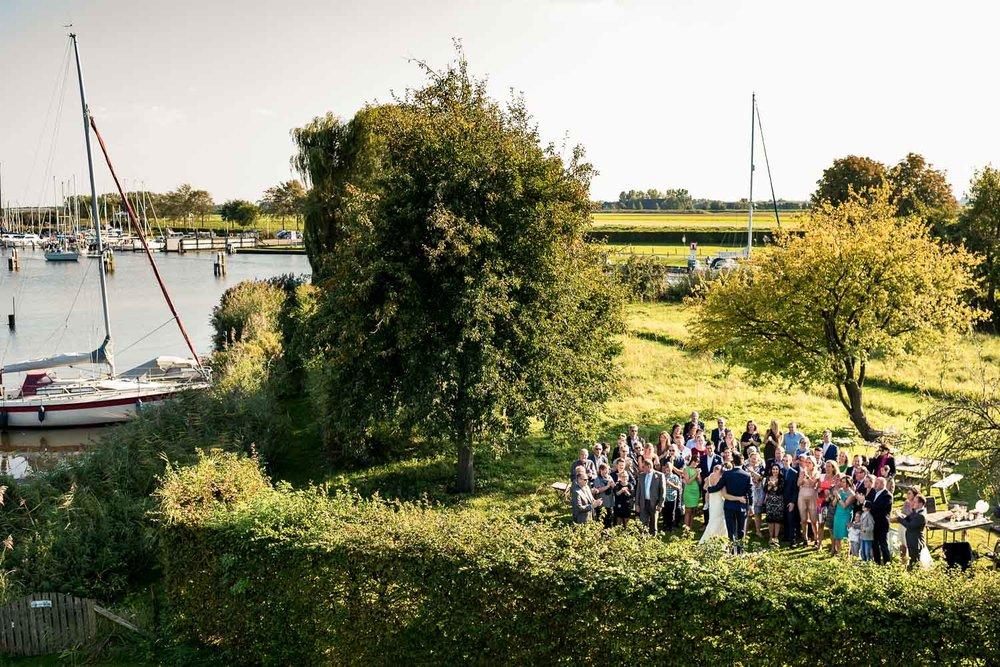 mooie overzichtsfoto met gasten en Steenbergse Vliet op de achtergrond