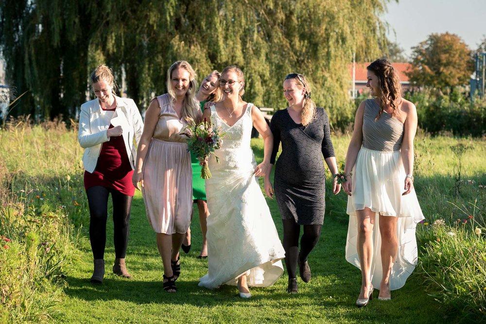 lol om wie het bruidsboeket gaat vangen bij Benedensas