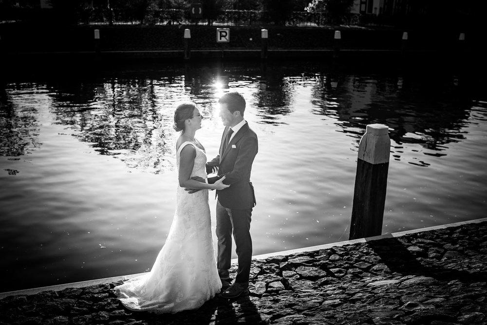 Bruidsfotografie aan het water bij het kluisje van Benedensas