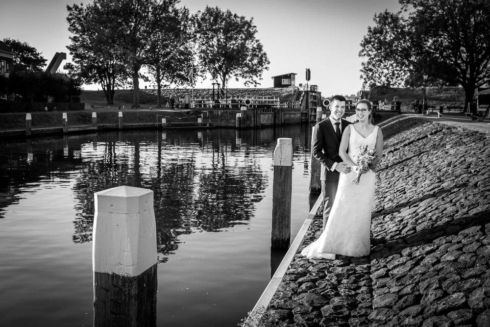 bruidsfotograaf Cfoto maakte deze foto bij Benedensas de Heen met het oude kluisje op de achtergrond