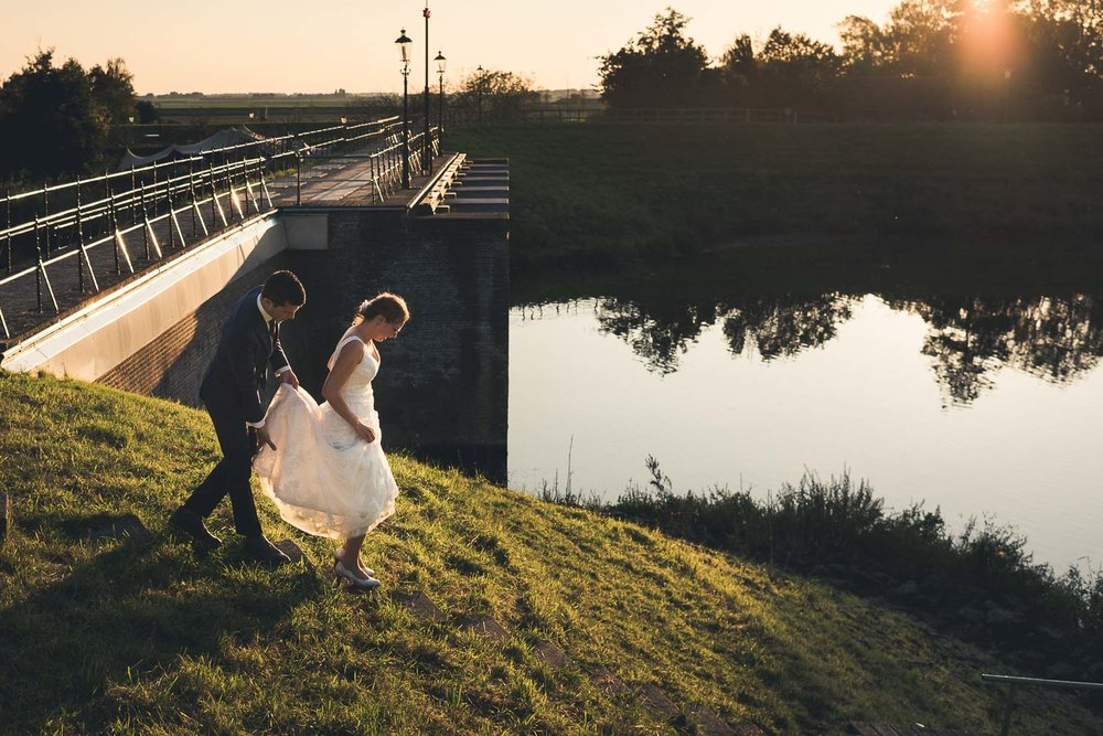 bruidspaar loopt terug naar Benedensas voor aansnijden van de bruidstaart