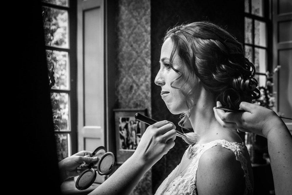 Copy of bruid in de bibliotheek van Kasteel Wijenburg, door bruidsfotograaf Cfoto