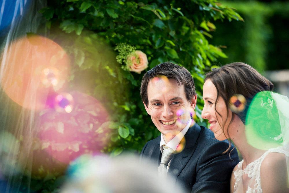 Copy of bellenblaas en het bruidspaar