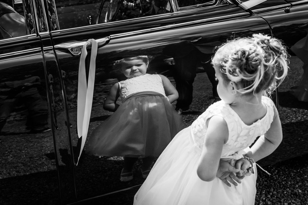 Copy of bruidsmeisje bekijkt zichzelf in de spiegel, trouwen bij Ulvenhart