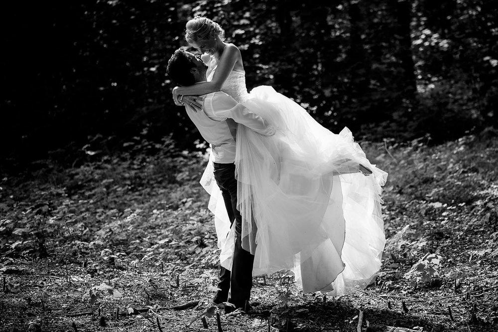 Copy of in het bos bij Boswachter Liesbosch, een prachtige plek om bruidsfoto's te maken. Door Caroline Elenbaas van Cfoto
