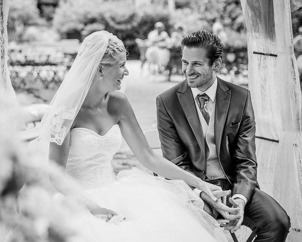 Copy of bruidspaar tijdens ceremonie Boswachter Liesbosch, door Cfoto