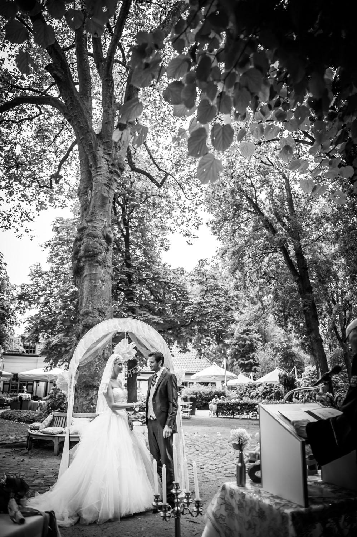 Copy of officieel deel van ceremonie, bij trouwen buiten bij Liesbosch.