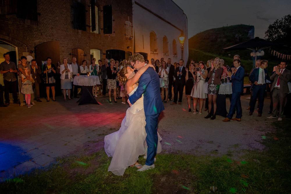 Copy of openingsdans tijdens trouwfeest buiten bij Fort Sabina
