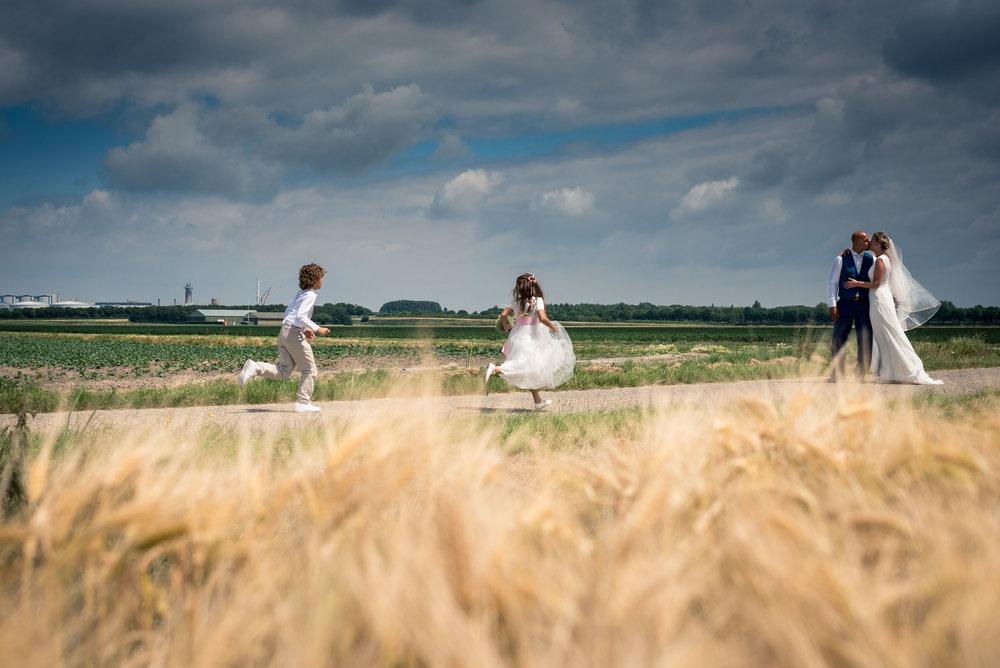 Bruiloft met de ceremonie, borrel en diner in het Hooihuis in Roosendaal en het feest bij Gastel Sfeer in Oud Gastel