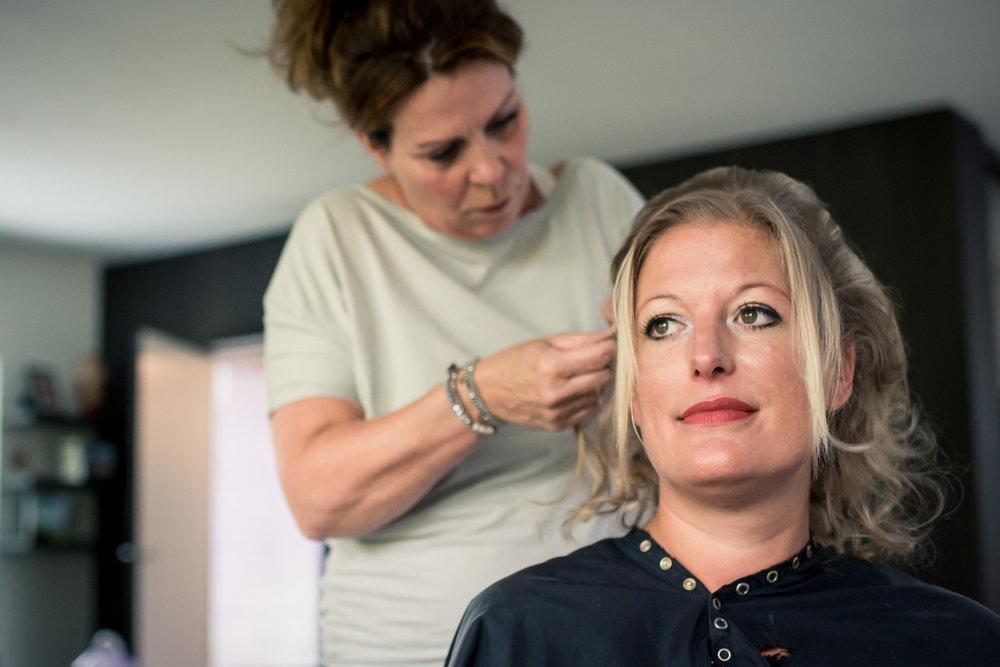 getting ready in West Brabant door Caroline bruidsfotograaf bij Cfoto