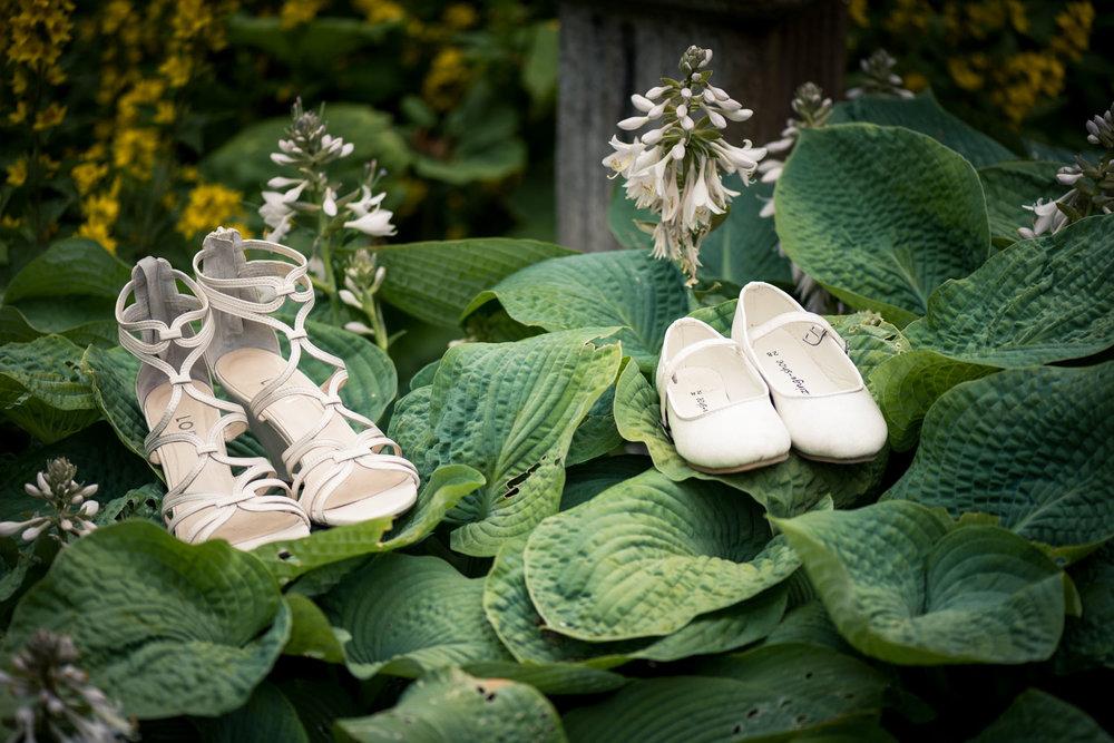 de trouwschoenen in West Brabant door Caroline bruidsfotograaf bij Cfoto