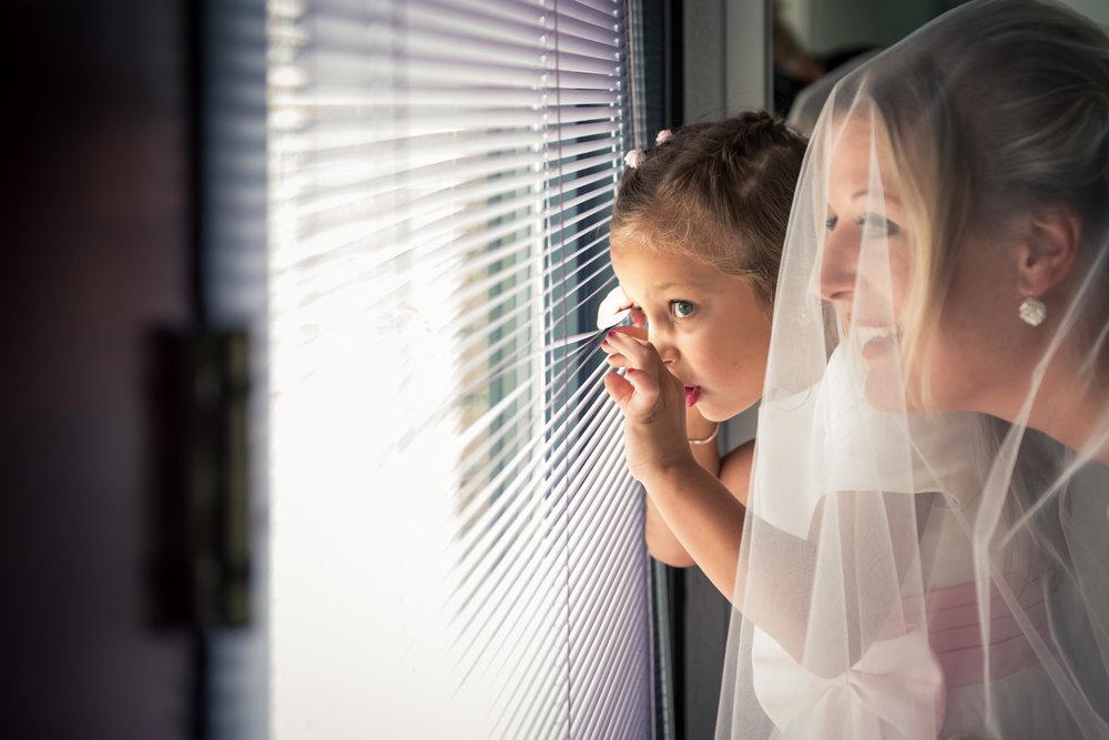 bruid en bruidsmeisje wachten vol spanning in West Brabant door Caroline bruidsfotograaf bij Cfoto